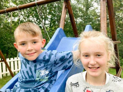 FANT SJELDEN BRENNMANET: Ella og Aksel Eidshaug Barup fra Jøa syntes det var spennende å få besøk av en blå brennmanet. Oppdagelsen har de registrert på Havfunn.no.
