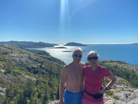FORUNDRET: Truls Gundersen og Aud Hiller er blant hytteeierne som har sendt brev til kommunen om det planlagte oppdrettsanlegget til Bjørøya AS. De er forundret over at det planlegges på det eneste stedet hvor det er bebyggelse på sørvestlige Austra.