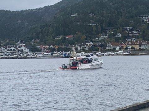 MOTORSTOPP: Denne fritidsbåten fikk behov for hjelp etter å ha fått motorstopp. Her blir båten slept inn til NAmsos av Redningsskøyta RS Hvaler.