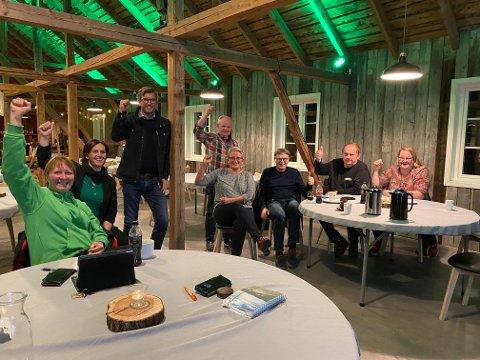 JUBEL: Overhalla Sp kunne juble over at deres egen Per Olav Tyldum blir stortingsrepresentant. Fra venstre: Signy Eggen, Hege Saugen, Johan Sellæg, Otto Moa, Siv Åse Strømhylden, Svein Egil Ristad, Geir Ekker og June Nordal.