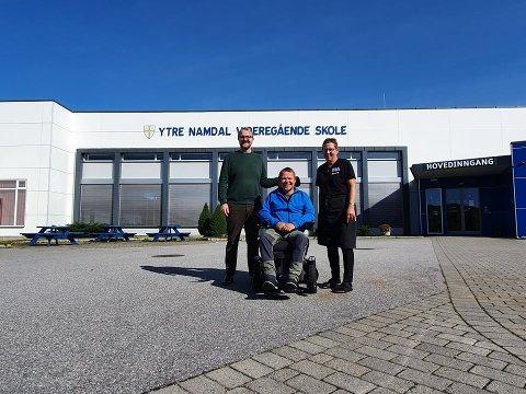 NYTT TILBUD: Nærøysund kulturskole har gått sammen med Ytre Namdal videregående skole om å tilby et helt nytt tilbud i matglede. Det er Frank Arild Hasfjord, Brynjulf Flasnes og Liv Reiersen fornøyde med.