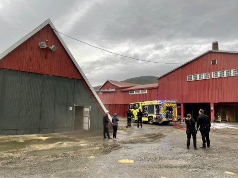 RØYK: Brannvesenet er på plass på Sagbruksmuseet på Spillum.