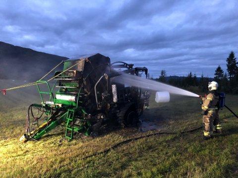 FIKK KONTROLL: Brannmannskapet fikk raskt kontroll på brannen i rundballepressa, som nå er slokket.
