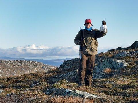 LIERNE: Rypejakta i Lierne er svært populær, og tiltrekker seg jaktglade folk fra hele landet. Her har Eirik Aamodt Okstad fra Namsos felt en rype ved Guspiggen i Sørli. Lierne kommune l helt på topp sist sesong med flest felte li- og fjellryper.