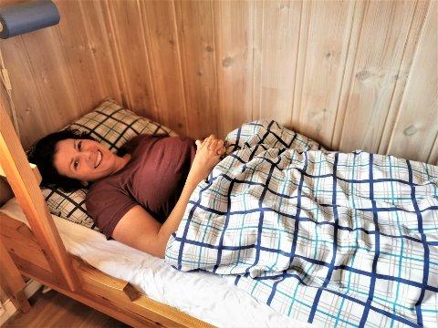 LOKKEMAT: Annette Fagerberg bruker seg selv som lokkemat for å få tak i de siste veggedyrene i den aktuelle hytta.
