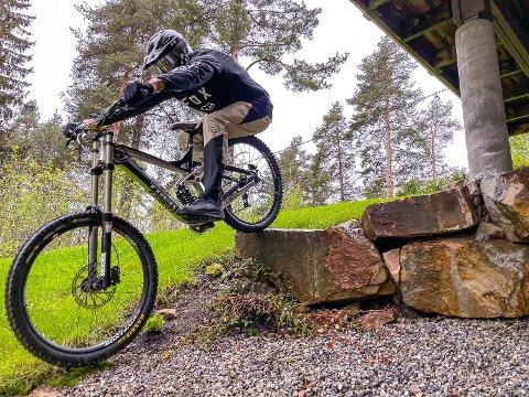 FULL KONTROLL: En av Shain Thomas Jellum Gundhus sine store hobbyer er downhill sykkel. Nå ser han fram til sesongstart, med vesentlig bedre kontroll på økonomien.