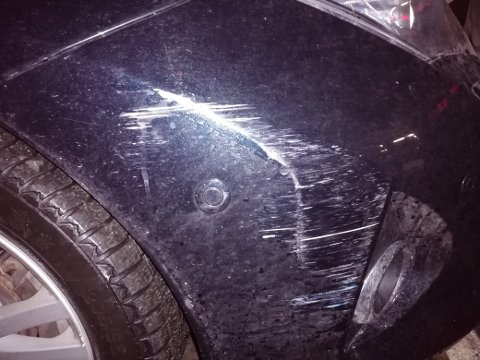 SKADE: Roar Østhus Loktu håper den som har skrapet borti bilen hans melder seg.