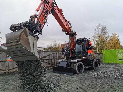 """Knut Arild Hareide åpnet med det første """"spade-taket"""" i denne gravemaskinen."""