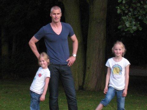 En sommerdag i 2009 tok Rosenborg-legenden Bjørn Otto Bragstad dette bildet med sine døtre Matilde (6, t.v) og Emilie (7, t.h). 20 år etter at han opplevde sine fotballmessige høydepunkt, er døtrene i fokus.