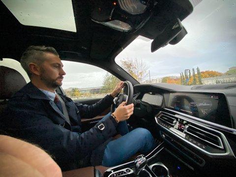 SKIFTER AUTOMATISK: Ut fra rundkjøringen over Lerkendal går denne hybridbilen over på elektrisitet. Sjåfør er Marius Tegneby i BMW Norge.