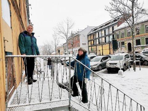 Roar og Inger Lise Follestad fortviler over det de mener er kommunen som motarbeider dem og videre nærings-drift i den velkjente gule brygga som huser Tordenskiold brukt.