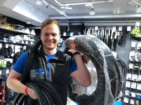 SELGER UNNA: Intersportsjef Håkon Riise kan glise. Det offentlige sponser nye vinterdekk for hundrevis av syklister gjennom en ny ordning. Det gir godt salg.