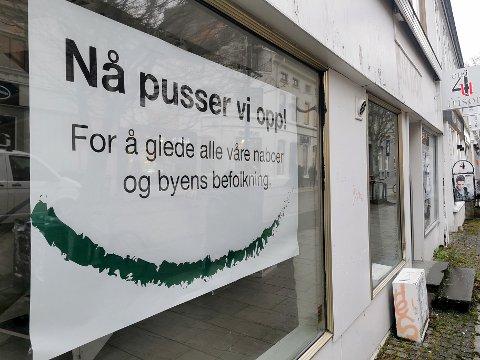 TVANGSSALG: Lokalet har vært under oppussing i lang tid, skal vi tro plakatene i vinduene.