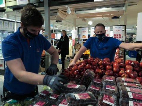 Børge Stamnes ved Rema 1000 på Byåsen butikksenter. Her med Mathias Hybertsen