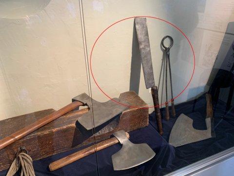 BRUTALT: Parteringskniven ble brukt til å kappe opp en person i biter etter henrettelsen. Disse utstilte gjenstandene er innlånt fra NTNU Vitenskapsmuseet og utstilt på Justismuseet.