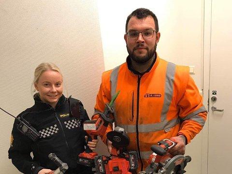 Christopher Michael i K. Lund og politistudent Guro i politiet på Heimdal, Melhus og Klæbu, viser frem noe av verktøyet som politiet fant under en ransaking.