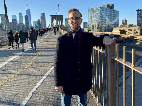 Hjemme i New York: Kristoffer Senneset (25) har funnet seg til rette som skuespiller i New York, her på Brooklyn Bridge, med utsikt mot Manhattan.