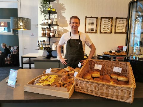 Trond Vardehaug Thuen og familien åpnet lørdag formiddag bakeriet Onkel Svanhild i Olav Tryggvasons gate.