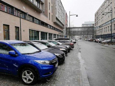 UTFORDRINGER: De ansatte ved St. Olav bør parkere lengre unna, for å slippe til syke, oppfordrer parkeringssjefen. Det er stor pågang på plassene nær sykehuset.