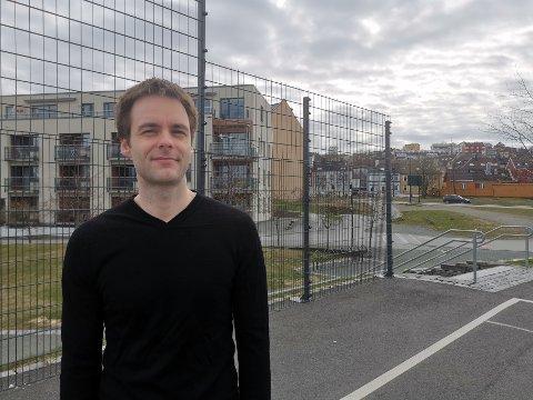 REAGERER: Mathias Luick (33) sier støyen fra parken pågår fra morgen til kveld.