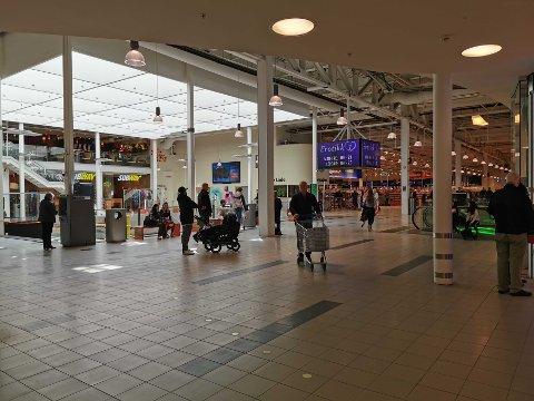 TØFFE TIDER: Mange butikker på kjøpesentrene sliter tungt som følge av korona-krisen. En rekke butikker har vært stengt.