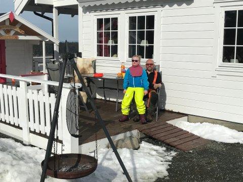 Familien Skogstad ser frem til å feire påsken hjemme. Her koser far Eivind og datteren Margrethe seg i solveggen.