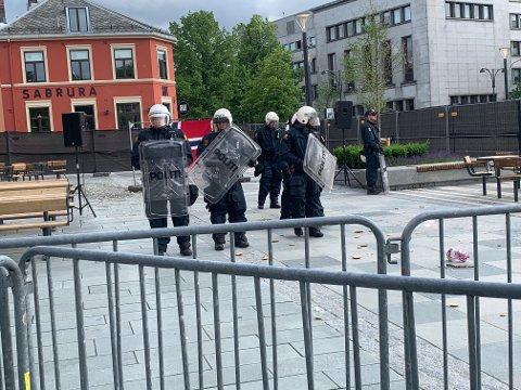 Politiet kom ut med skjold på Torvet.