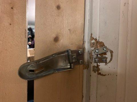 SMADRET DØRA: Tyvene smadret hengelåsen på døra til boden.