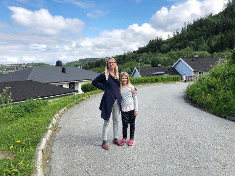 Aneta Fronczek-Munter og datteren Maja (8) på veien utenfor huset sitt på Saksvik.