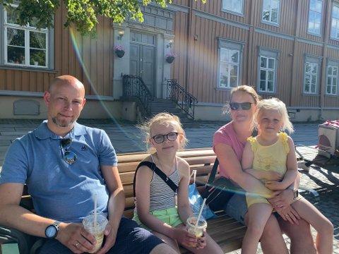 Per Jonny Lillegård (40), Sofie Lillgård (9), Maja Lillegård (6) og Cecilie Lillegård (37) nøt sola i Trondheim torsdag. - Bra det er fint vær når vi er på ferie, sier Per Jonny Lillegård. Den lille familien er opprinnelig fra Saltdal, men er på norgesferie.