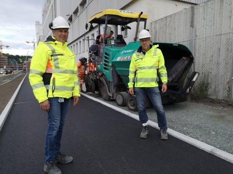 Ernst Nøkkevangen (t.v.) og Odd Nygård har ledet arbeidet med ny sykkelvei i Strandveien