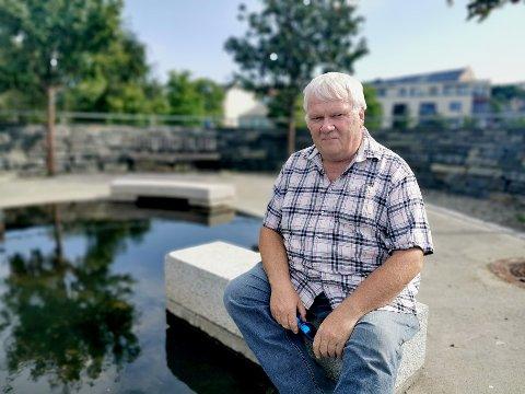 Jan Ingar Thorgaard har i flere år irritert seg over algeoppblomstringen i dammen ved Lademoen stasjon.