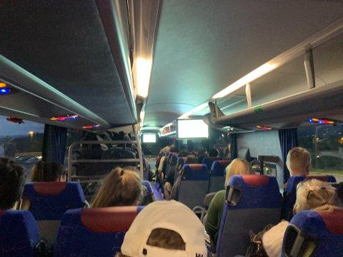 FYLT OPP: Det var trangt om plassen på flybussen søndag kveld.