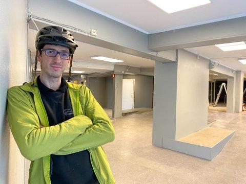Michal Wiecyk og butikken har holdt til i Innherredsvei siden 2016. Her er han på plass i nye lokaler.
