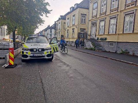 Politiet har lørdag morgen gjort undersøkelser på Møllenberg, etter at en person ble funnet knivstukket her tidlig lørdag morgen.