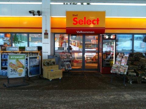På Shell Tiller er det titt og stadig kunder som kommer inn på bensinstasjonen uten munnbind.