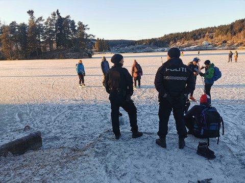 Her sjekker politiet forholdene på isen på Jonsvatnet, etter at en mann gikk gjennom isen ved Hestøya tidligere torsdag.