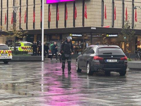 En mann som skal ha hatt skytevåpen på seg er pågrepet i kjelleren på McDonalds onsdag formiddag.