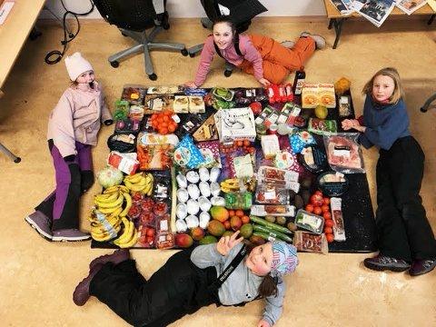 Tredjeklassingene på Sjetne skole fant forrige uke all denne maten i søppeldunkene ved Coop Prix. Det ble taco-lunsj til 60 elever og 10 voksne.