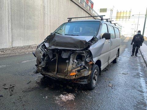 BOM STOPP: Varebilen fikk et ublidt møte med bakenden på et vogntog. Sjåføren mente han ble blendet av sola.