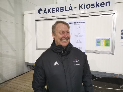 Åge Hareide er i perlehumør under treningsleieren på Frøya, selv om den lokale kiosken i hallen er stengt. Nå jakter RBK-sjefen et stortalent som kan styrke laget, men samtidig bli et luksusproblem.