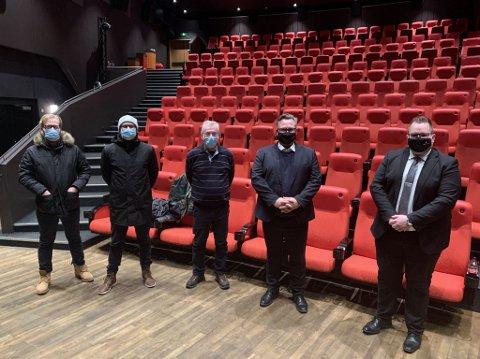 PREMIERE: (f.v.) Kameramann og regissør fra Ekkofilm, sammen med doorman Herbert Klein, hotelldirektør Mikael Forselius sammen med transportsjef Haakon.