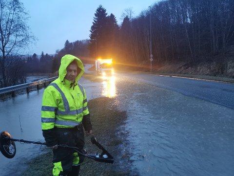 Hans Erik Lindgaard sjekker ut oversvømmelsen i Leirfossvegen.