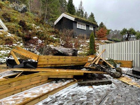 STEINRAS: Steinblokka skal være på flere tonn og stoppet bare meter utenfor inngangsdøra til Geir Johnsen.