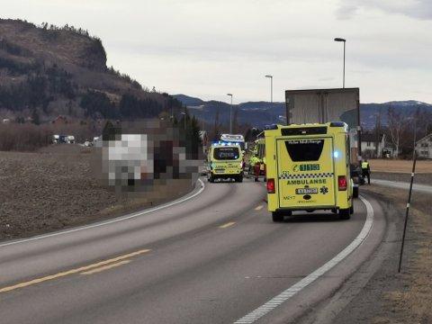 «Ulykken er bekreftet som dødsulykke. Fører av personbilen døde som følge av ulykken. Det er snakk om en mann i 30-årene. Hans familie er varslet om dødsfallet», skriver politiet på Twitter.