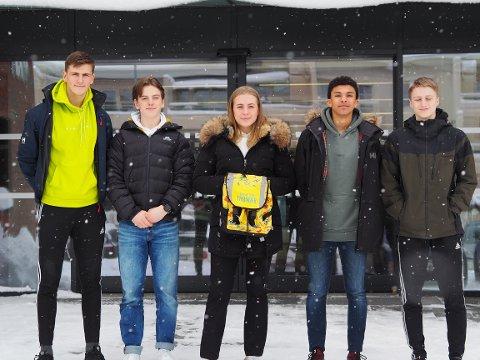 Carl Rasmus Aarhaug (17), Håvard Græsli (18) Louisa Stuedahl (18), Magnus Fjørtoft og Ole Tobias Holand Floa (17) vil gjøre skolesekken mer bærekraftig.