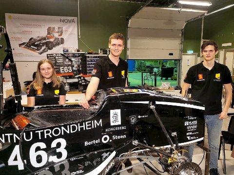 Fra venstre: Emma Stein (21), Johan Ludvig Holst (25) og Mats Schiøtz (22) er blant studentene som bygger årets Revolve-racerbil. Her med 2018-utgaven «Atmos».