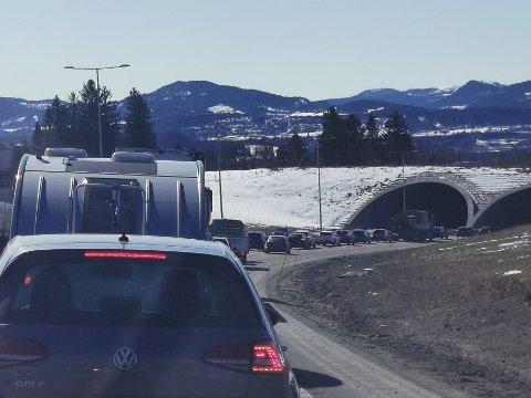 Kø på E6 Heimdal etter at et trailerdekk eksploderte.