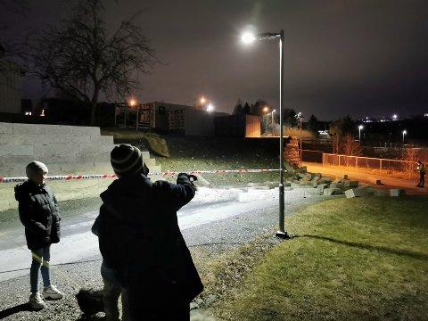 Slik ser det ut: Her har muren rast og steinene ligger der barna til Marit Elise Nyvold lekte tidligere i dag.