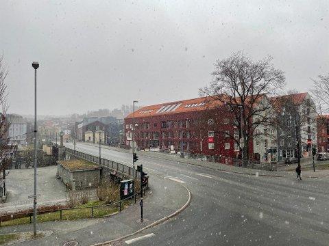 Fredag morgen var det sludd- og snøbyger i Trondheim sentrum.